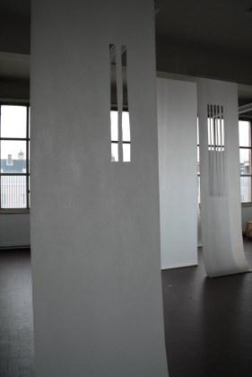 Creatie van een ruimte voor Poiema van Annelies Van Parys. Gezongen door Els Mondelaers. Studie van 3 verschillende lichtinvallen: overdag, deemster en nacht. Academie voor Schone Kunsten, Antwerpen, BE