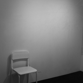 Doorkruisen van een ruimte met fosforescerende garen. Licht aan, garen laden op, licht uit: enkel de garen verschijnen. Eerste maal gepresenteerd in Berlijn, op Erasmus. Een tweede maal in Tokyo, in 2013. Kunsthochschule Weissensee, Berlin, DE Design Festa Gallery, Tokyo, JP